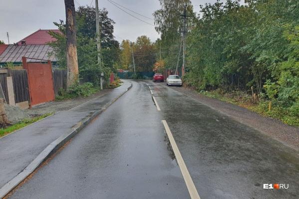 Раньше здесь был только полуразвалившийся асфальт с земляными обочинами. Теперь обустроили тротуар
