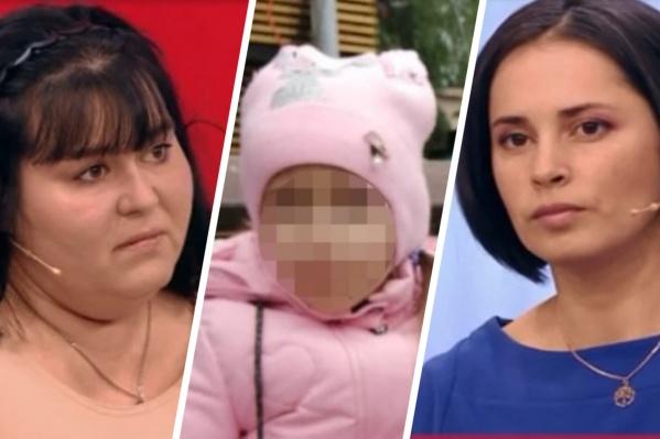 Родная мать (справа) забрала дочку у приемной, когда девочке исполнилось пять лет
