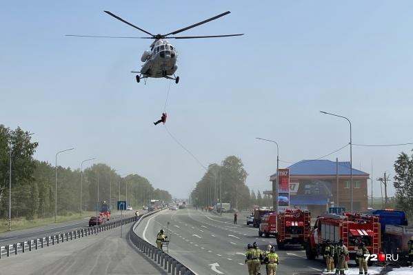 А вот и вертолет, который прилетел за «пострадавшим». Обратите внимание, спасатель спускается вниз с носилками, внизу, на земле, его страхуют коллеги-спасатели