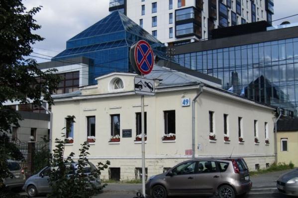 Без капитальной реставрации здание постепенно приходит в негодность