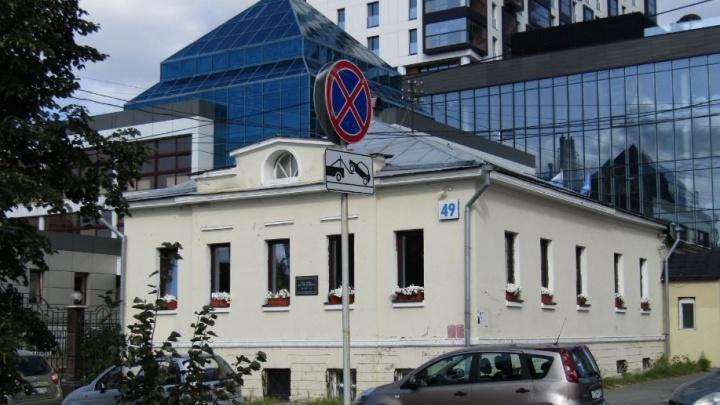 Мэрия избавилась от памятника в центре Екатеринбурга, где находится модный хостел. Покупатель уже известен