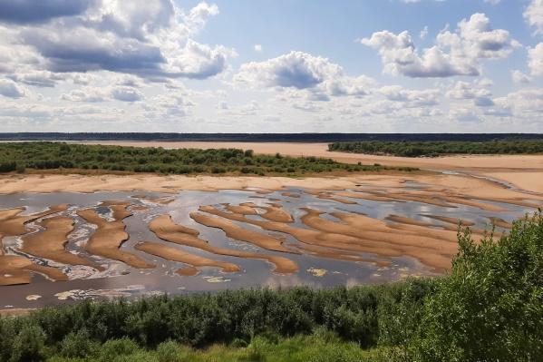 Так сейчас выглядит Северная Двина с берега у Верхней Тоймы. Местные жители вспоминают, как раньше в этом месте ходили пароходы. Сейчас здесь можно пройти пешком
