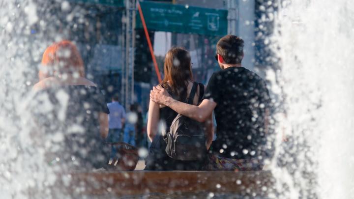Любовь в городе! Ищите себя в фоторепортаже с фестивальных улиц Архангельска — вы обнимаетесь и танцуете