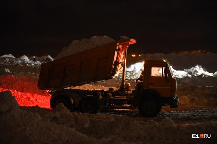 КАМАЗы за зиму насыпают на полигоне гору из снега