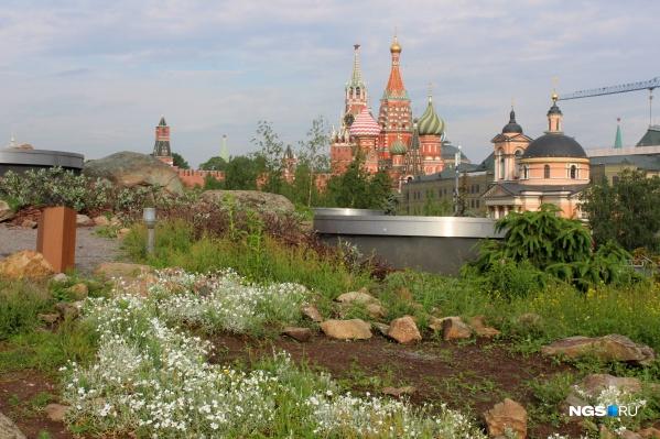 Вид на собор Василия Блаженного из парка «Зарядье»