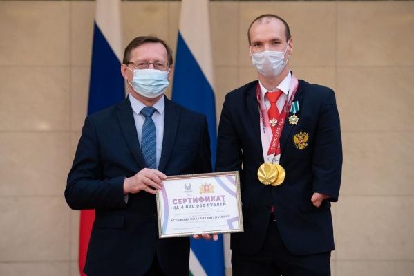 Михаилу Асташову вручили сертификат на четыре миллиона рублей