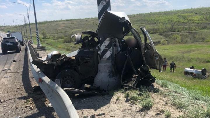 Машину буквально обмотало вокруг столба: страшная авария на трассе Волгоград — Москва
