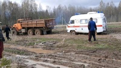 «Вытаскивали всей деревней»: в Ярославской области скорая с бабушкой-ветераном увязла в грязи. Видео