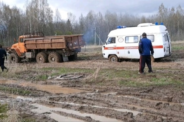 В Ярославской области скорая с пациенткой застряла в грязи
