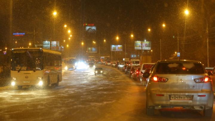 Красноярск сковали девятибалльные пробки из-за гололеда