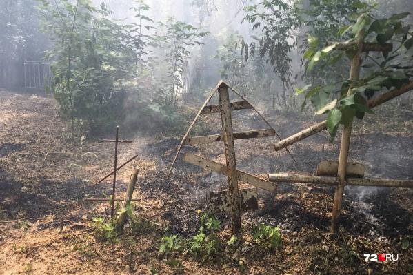 Это не первый случай в этом месяце, когда пожар произошел на территории кладбища
