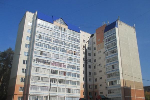 Снег упал с крыши многоэтажки на улице Костычева