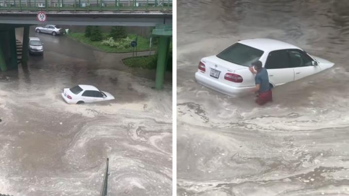 Видео, как новосибирец топит машину в гигантской луже, набрало в TikTok более 500 тысяч просмотров