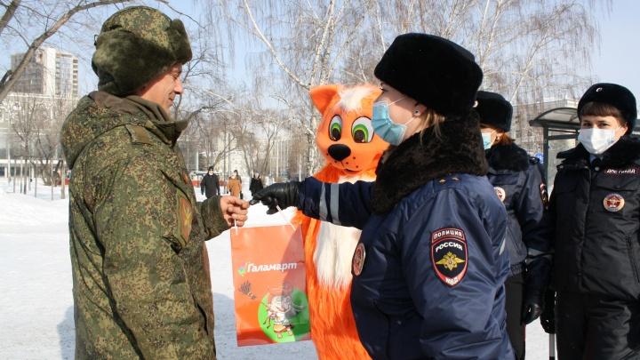 В Екатеринбурге девушки-автоинспекторы подарили водителям автомобильные гаджеты