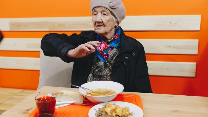 Семь бед — один обед. В челябинском кафе начали бесплатно кормить стариков, живущих в нищете