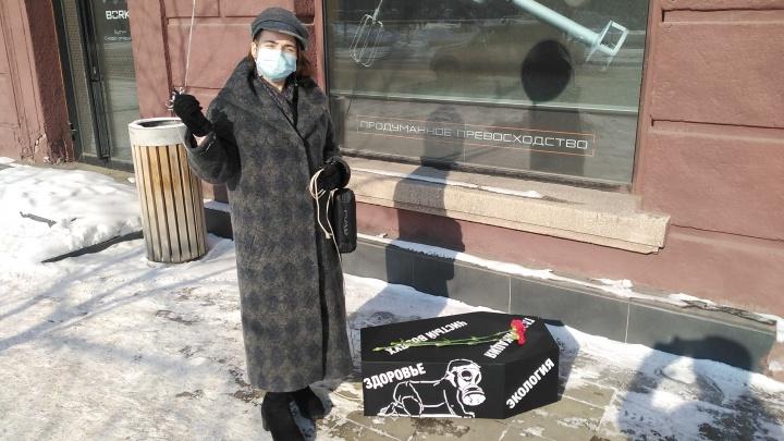 Многодетную мать оправдали за одиночный пикет с гробом на колесиках возле краевого правительства