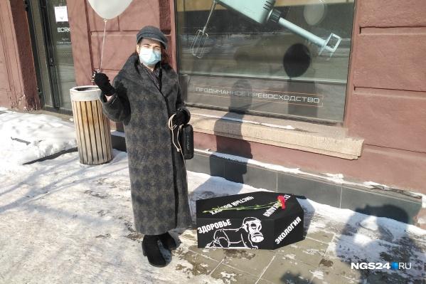 Женщина принесла гроб к зданию краевой администрации