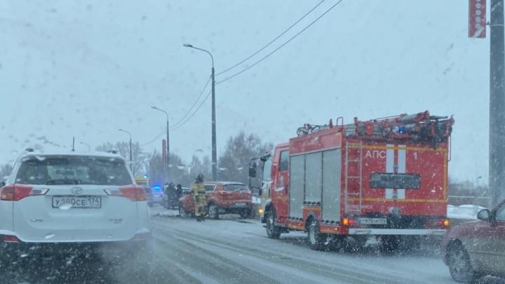 На дороге около плотины в Челябинске столкнулись два KIA. На месте реанимация и пожарные