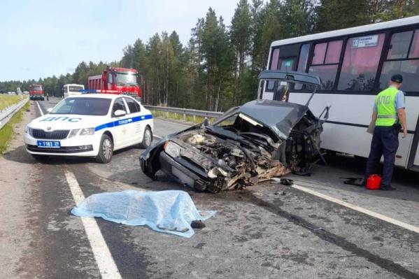 Водителя автомобиля отбросило на проезжую часть, он погиб от полученных травм
