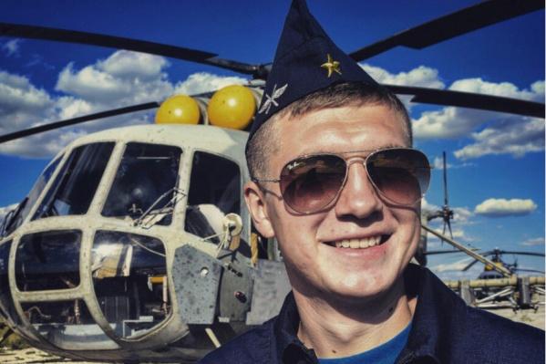 Все фотографии на странице Рамиля Сулейманова посвящены небу и его любимой работе