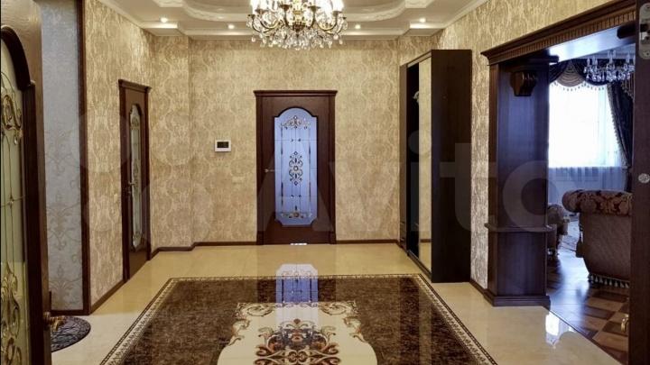 Трехэтажный коттедж со львами продают под Кемерово за 28млн. Показываем, что есть внутри