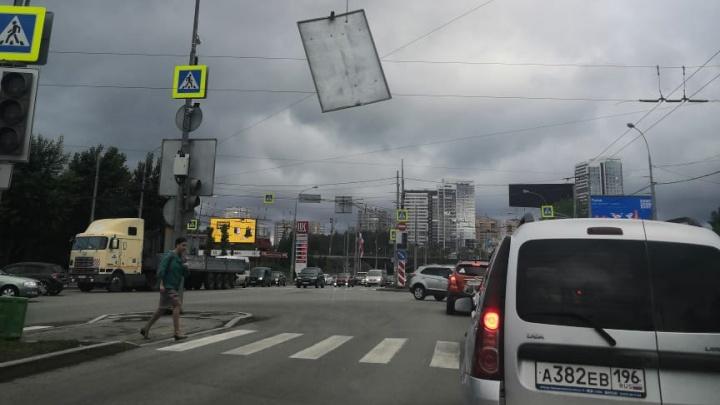 Держится «на соплях»: над дорогой на Щербакова завис сломанный светофор