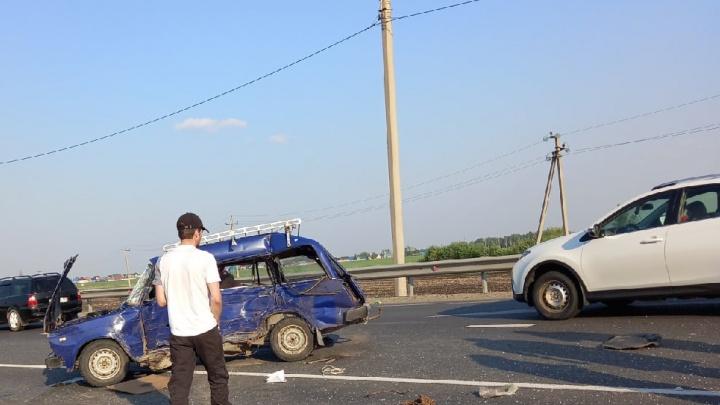 Машину от удара смяло как консервную банку: «Жигули» разбились на федеральной трассе под Ишимом