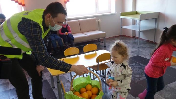 Волонтёры СУЭК привезли в детские поликлиники фруктовые корзины