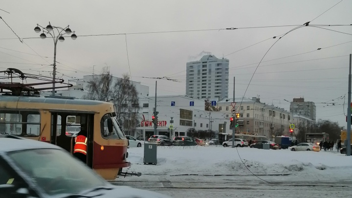 Движение трамваев в центре Екатеринбурга парализовано из-за обрыва провода