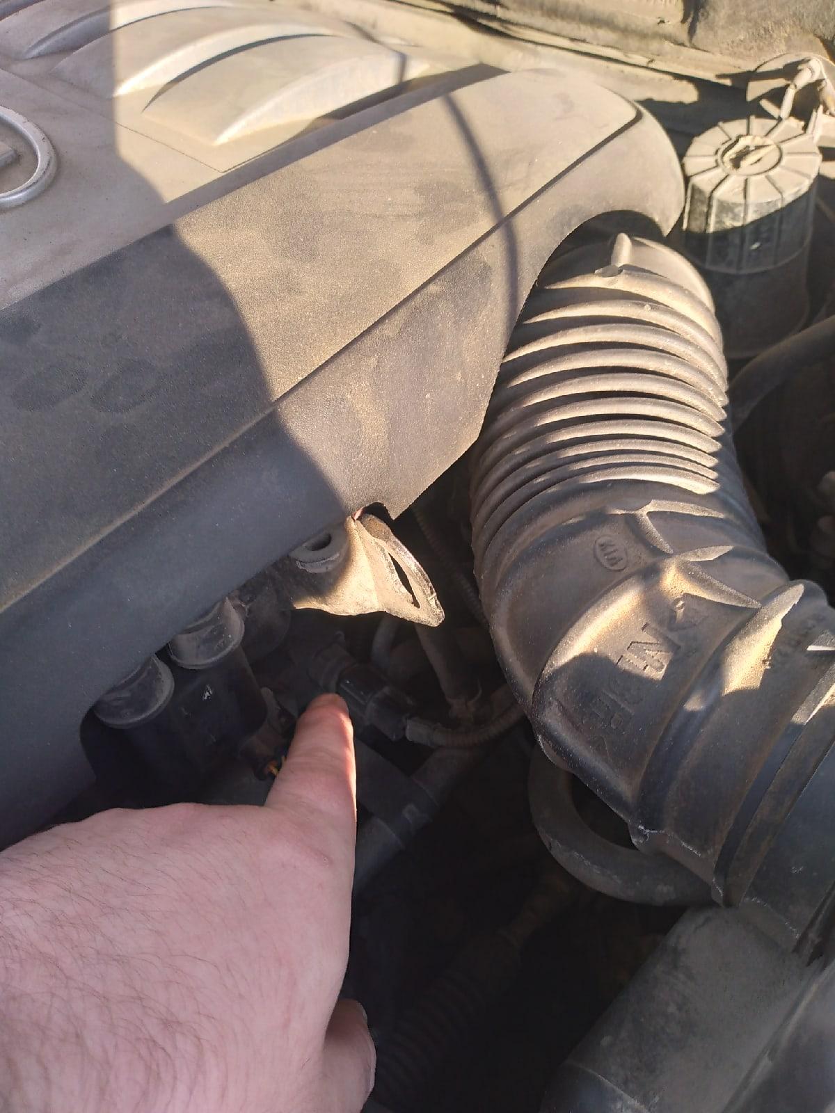 Анатолий показывает место, где находится площадка с номером двигателя: увидеть ее без частичной разборки (или зеркала) невозможно