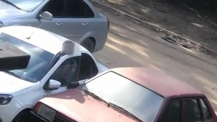 Очевидцы: «В Самаре водителя придавило дверью своей машины»