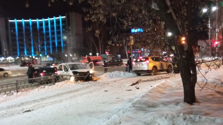 В Екатеринбурге после ДТП машина вылетела на тротуар. Пешеходов спас забор