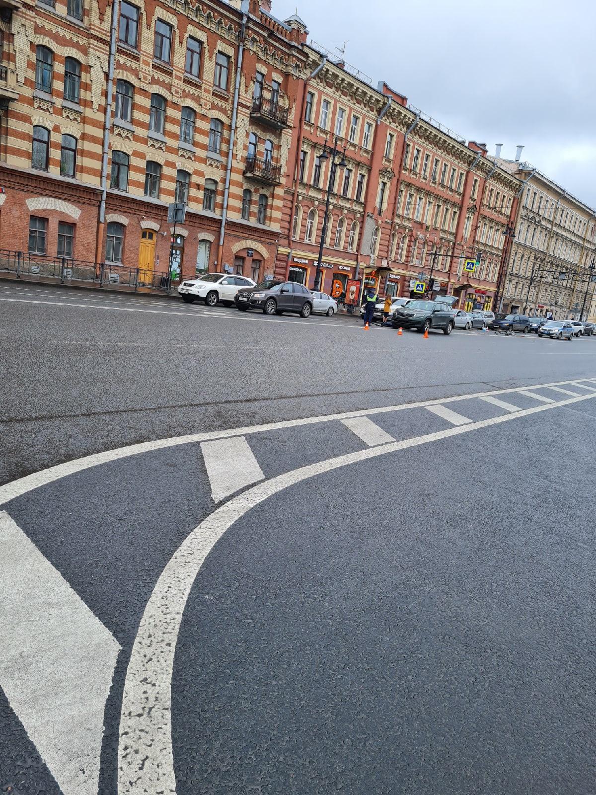 Юный велосипедист, ехавший посреди Московского, сбит машиной. На видео попало одинокое колесо
