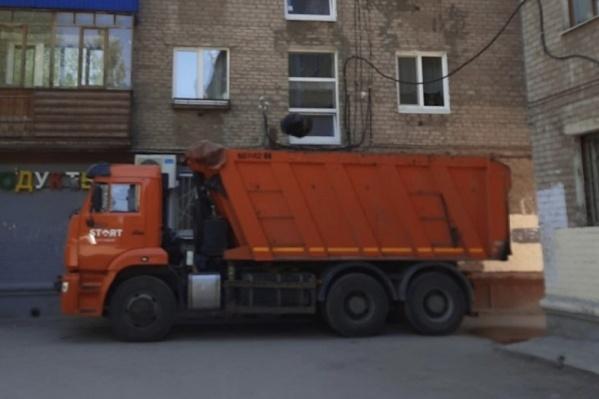 Мусор из квартиры пермской пенсионерки вывозят самосвалом