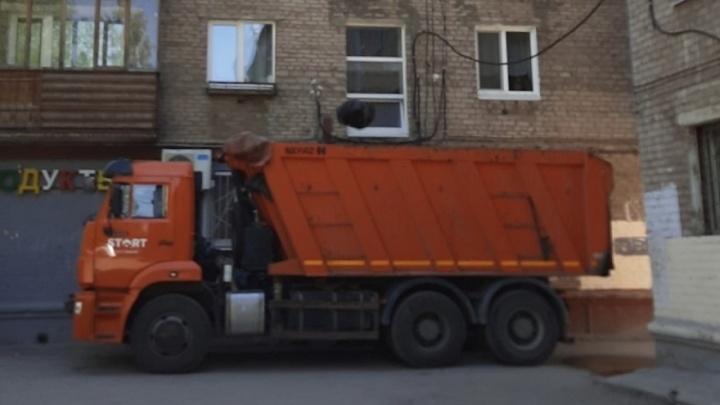 В Перми вновь очищают от мусора квартиру на Крупской. Хозяйка полностью забила ее вещами с улицы