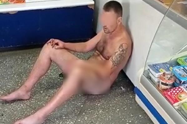 Мужчина сидел в магазине, пока за ним не приехала полиция
