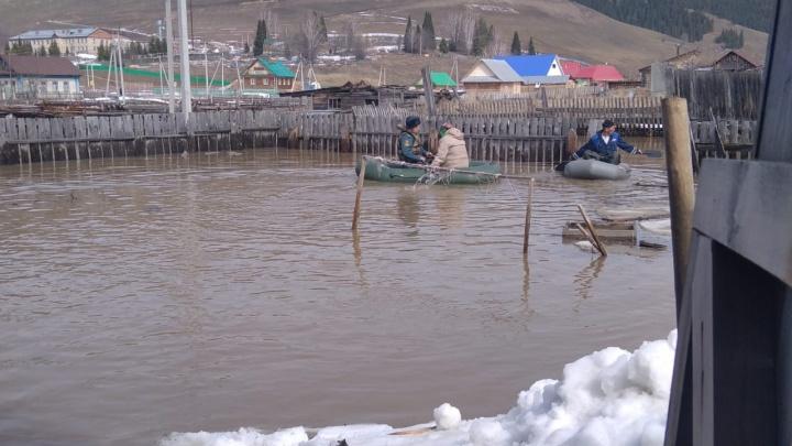 В Башкирии затопило еще одно поселение. Спасатели присылают тревожные видео с места событий