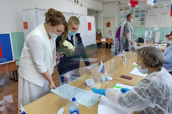 Молодожены пришли на выборы сразу после регистрации