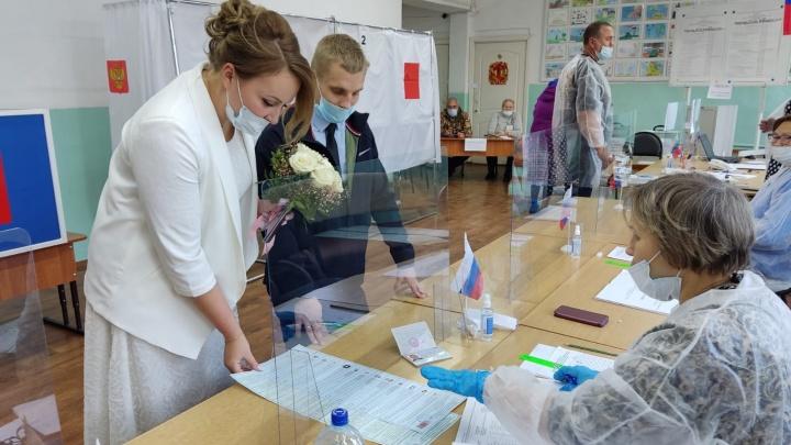 В белом платье — на выборы: в Березнике молодожены пришли на избирательный участок прямо из ЗАГСа