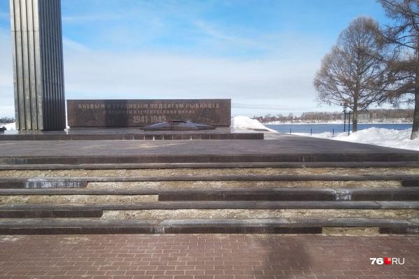Гранитная облицовка монумента поотваливалась