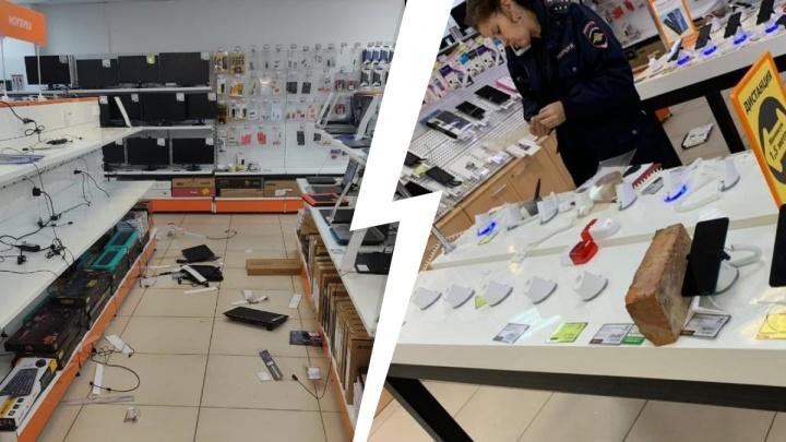 В Екатеринбурге пятеро парней вломились в магазин и смели с прилавков дорогие гаджеты