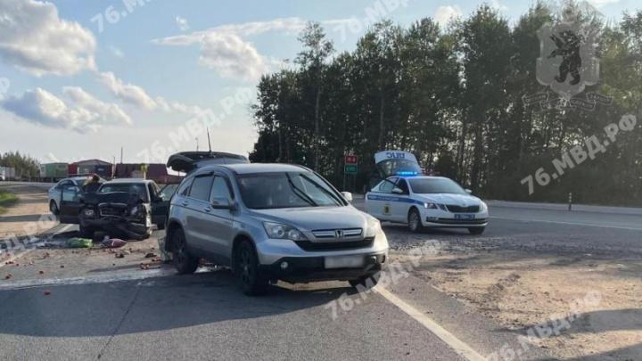Женщину увезли на скорой: на трассе М-8 в Ярославской области «Мерседес» влетел в легковушку