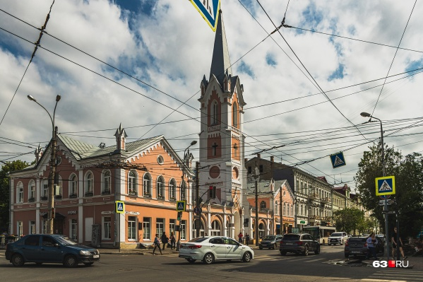Молодые люди устроили стрельбу на перекрестке улиц Некрасовской и Куйбышева