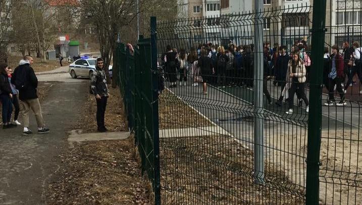 В Березниках из-за сообщения о бомбе массово эвакуируют школьников