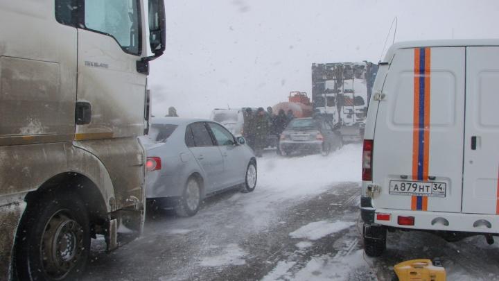 На саратовской трассе в Волгоградской области собирается огромная пробка