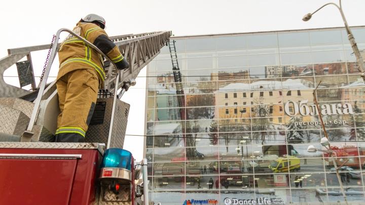 Пермяков напугали несущиеся по центру пожарные машины — но это оказались учения в ТЦ. Фоторепортаж