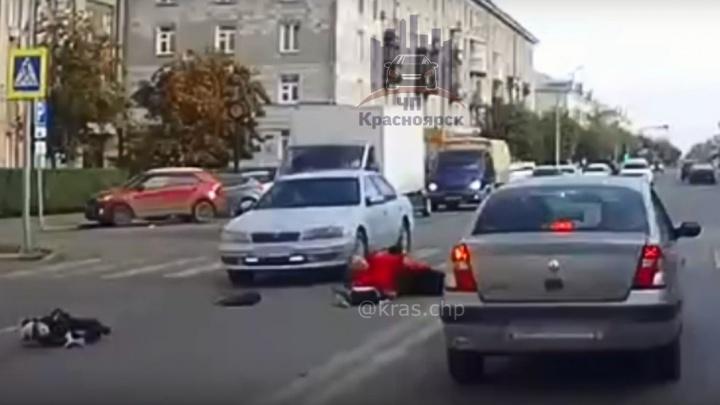 Водитель сбил женщину с ребенком на пешеходном переходе