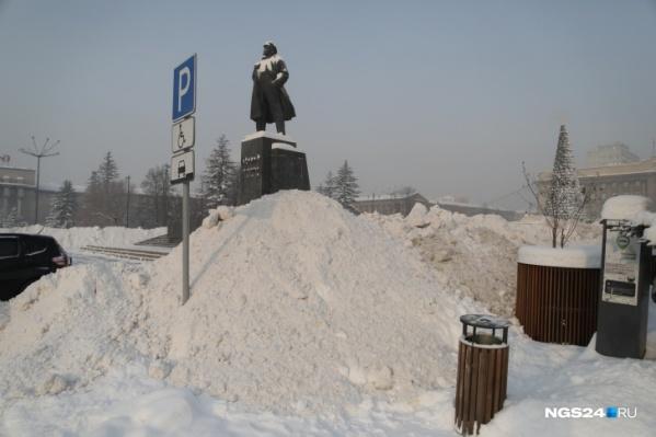 С улиц снег перебросили на пешеходные зоны и площади