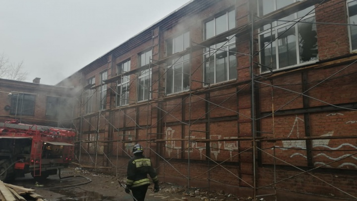 Утром в омской гимназии загорелся спортзал