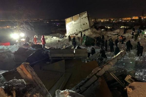 Всю ночь на месте трагедии работали спасатели и просто неравнодушные люди